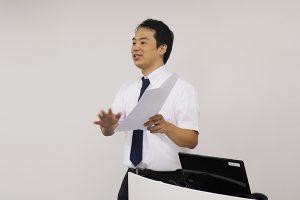 講演を行う谷代表